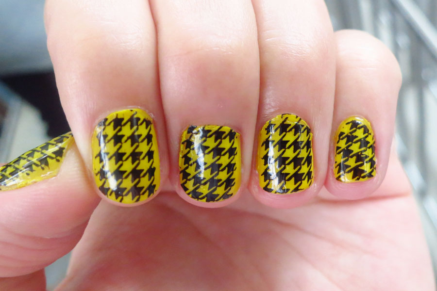 Black Graphical Patterns over Yellow - Black Graphical Patterns Over Yellow - Nail Art