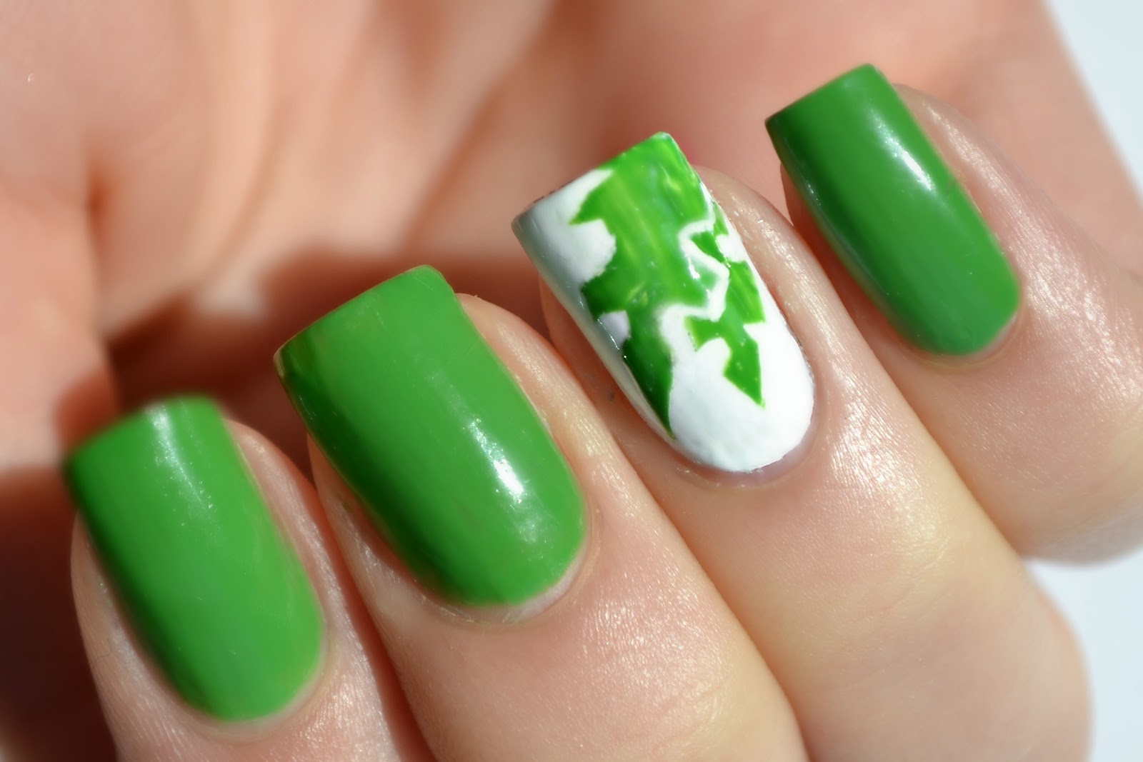 Contrast Green And White Manicure Nail Art